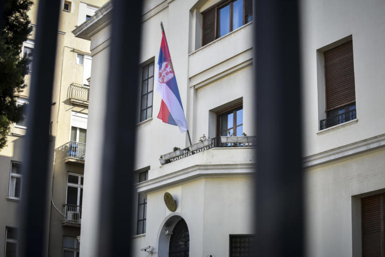 Πρώην Εύελπις του Σερβικού στρατού ο εισβολέας στην πρεσβεία – Ευχαριστίες προς την ΕΛΑΣ | Newsit.gr