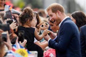 """Τρώνε τη σκόνη του Χάρι όλοι οι """"γαλαζοαίματοι""""! Ναι, και η Βασίλισσα…"""