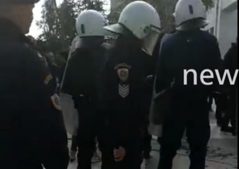 Επίθεση αντιεξουσιαστών κατά αστυνομικών έξω από το Πρωτοδικείο – video | Newsit.gr