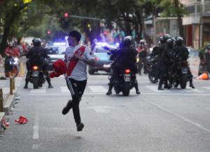 Ρίβερ – Μπόκα: Χάος έξω από γήπεδο! Οπαδοί έσπασαν τζάμια και έκλεψαν αυτοκίνητα – video