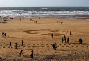 Χάραξαν τα πρόσωπα ηρώων στην άμμο μέχρι να τα πάρει η παλίρροια [pics, video]