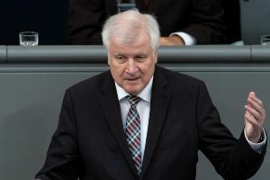Παραμένει υπουργός Εσωτερικών ο Ζεεχόφερ – Αποχωρεί μόνο από την προεδρία της CSU!