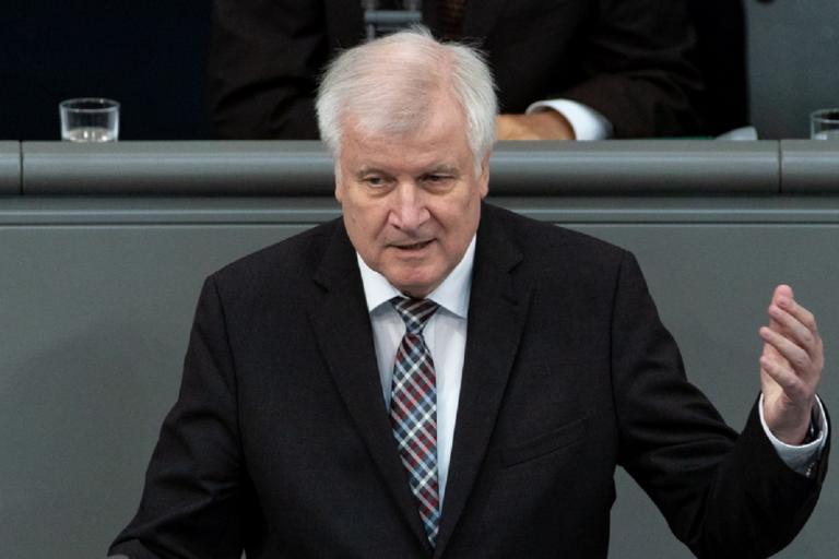 Παραμένει υπουργός Εσωτερικών ο Ζεεχόφερ – Αποχωρεί μόνο από την προεδρία της CSU! | Newsit.gr