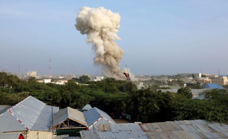 Σομαλία: Λουτρό αίματος στο Μογκαντίσου – 17 νεκροί από τριπλή βομβιστική επίθεση [pics] | Newsit.gr