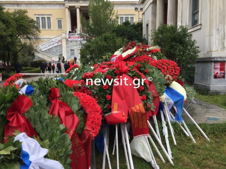 Πολυτεχνείο: Υπό βροχή η κατάθεση στεφάνων – Ποιοι δρόμοι και σταθμοί μετρό θα κλείσουν [pics]   Newsit.gr