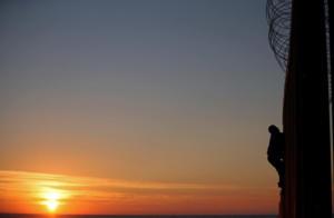 Ο φράχτης, η απόγνωση και το… ηλιοβασίλεμα