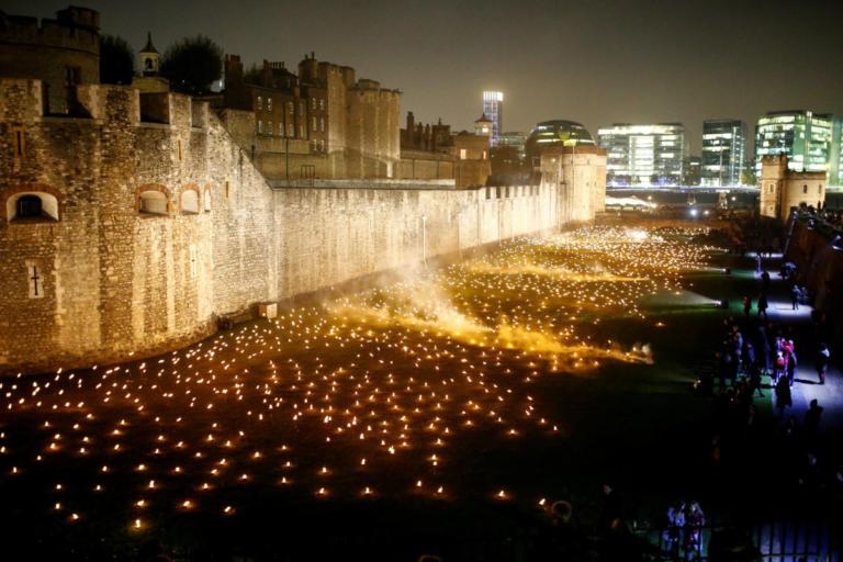 10.000 πυρσοί άναψαν στον Πύργο του Λονδίνου 100 χρόνια μετά τη λήξη του Α Παγκοσμίου Πολέμου [pics]   Newsit.gr