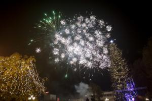 Τρίκαλα: Φωταγωγήθηκε το ψηλότερο φυσικό χριστουγεννιάτικο δέντρο στην Ελλάδα! video, pics