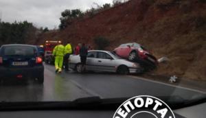 Θεσσαλονίκη: Το ένα αυτοκίνητο ανέβηκε πάνω στο άλλο! [pics]