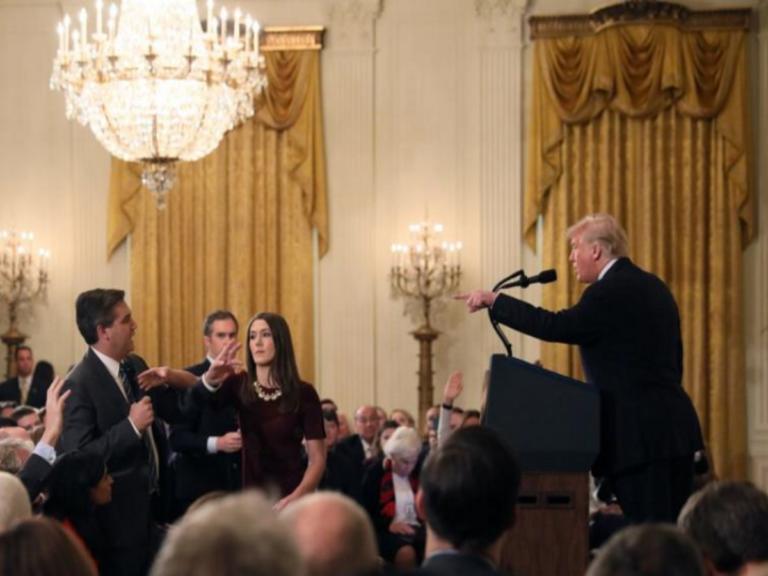 Ο Λευκός Οίκος επαναφέρει την διαπίστευση του δημοσιογράφου που… είχε αποβάλει ο Τραμπ