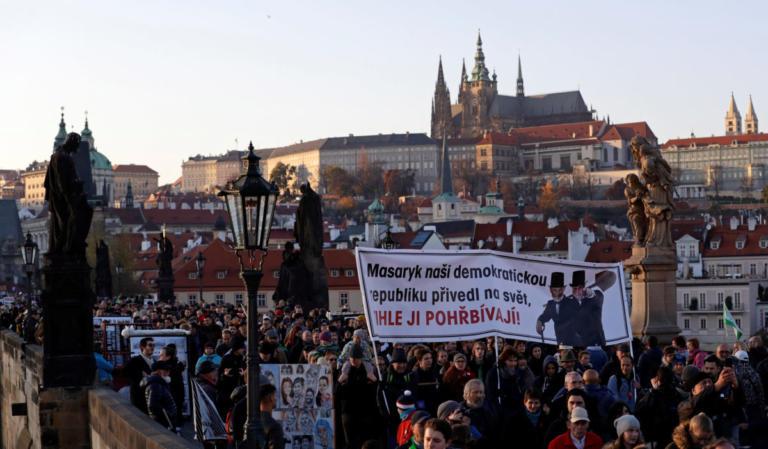 Τσεχία: Χιλιάδες διαδηλωτές ζήτησαν την παραίτηση του πρωθυπουργού | Newsit.gr