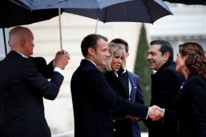 Τσίπρας – Μπαζιάνα… τα λένε με Μακρόν – Μπριζίτ! Υψηλές παρουσίες στο Παρίσι [pics]