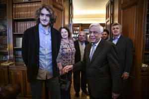 """Στο Προεδρικό Μέγαρο ο Στέφανος Τσιτσιπάς – """"Υπερήφανος που παίζω για τα ελληνικά χρώματα"""" [pics, video]"""