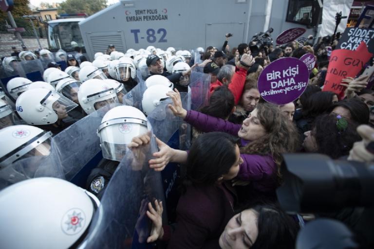Τουρκία: Η αστυνομία διέλυσε βίαια μια πορεία για την βία κατά των γυναικών! | Newsit.gr