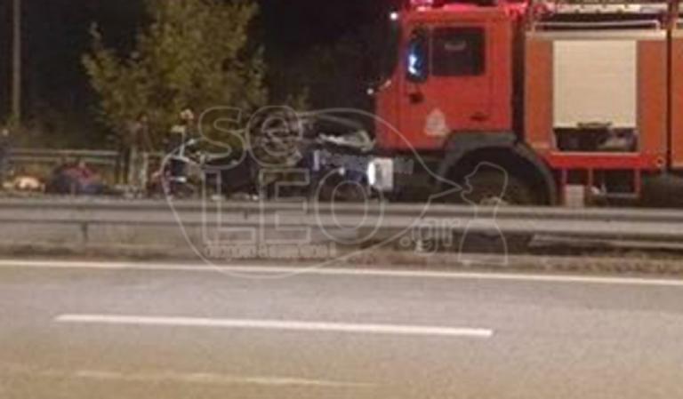 Σφοδρή σύγκρουση νταλίκας με φορτηγό που μετέφερε πρόσφυγες – Ένας νεκρός και 20 τραυματίες