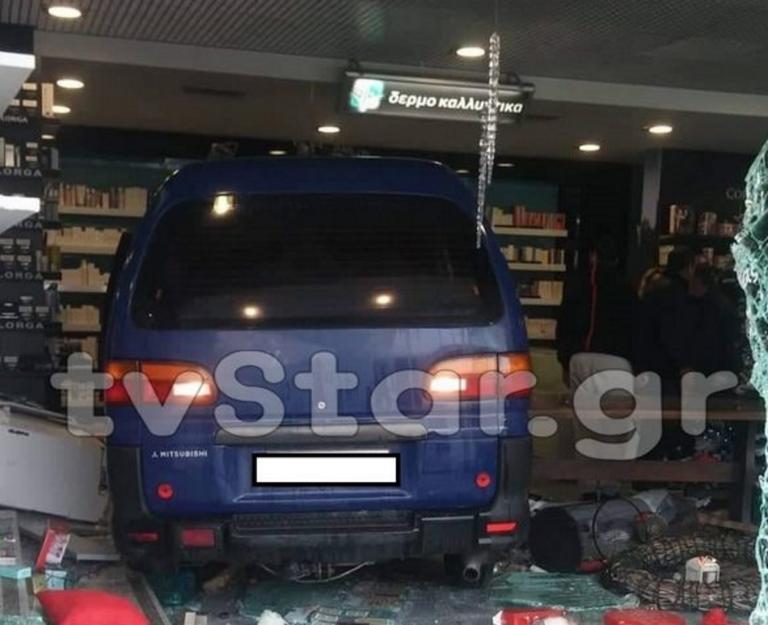 Λαμία – Απίστευτο! Φορτηγάκι μπούκαρε σε φαρμακείο! [pics]
