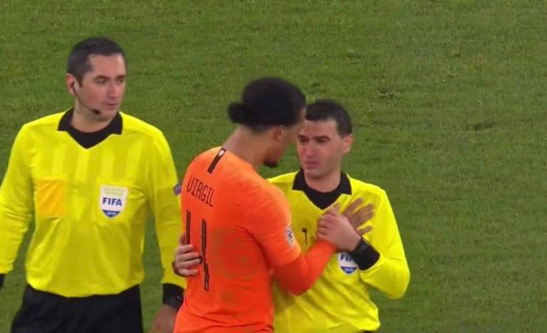 Τραγική φιγούρα ο διαιτητής στο Γερμανία – Ολλανδία! Ξέσπασε σε κλάματα στην αγκαλιά του Φαν Ντάικ – video