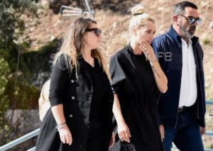 Συντετριμμένη η Βικτώρια Καρύδα στην κηδεία του συζύγου της Γιάννη Μακρή
