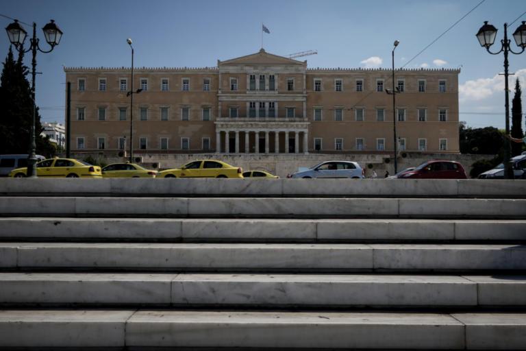 Κατατέθηκε το νομοσχέδιο για μείωση εισφορών σε 250.000 ελεύθερους επαγγελματίες – Τι προβλέπει | Newsit.gr