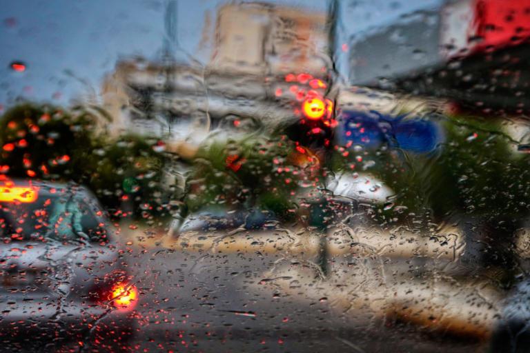 Βροχή και κίνηση: Κοκτέιλ ταλαιπωρίας στην Αθήνα   Newsit.gr