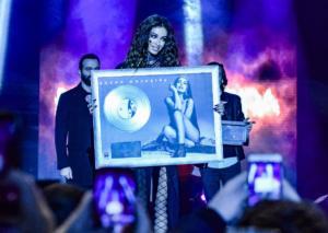 Πλατινένια η Ελένη Φουρέιρα – Η απονομή του δίσκου σε συναυλία της στην Αθήνα!