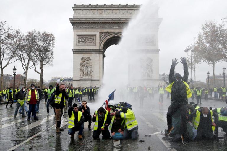 Παρίσι: Διέξοδο μετά τις οδομαχίες αναζητούν Μακρόν και «κίτρινα γιλέκα» | Newsit.gr