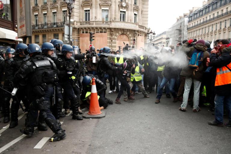 """""""Κίτρινα γιλέκα"""": Ξύλο και δακρυγόνα στους δρόμους του Παρισιού – Video   Newsit.gr"""