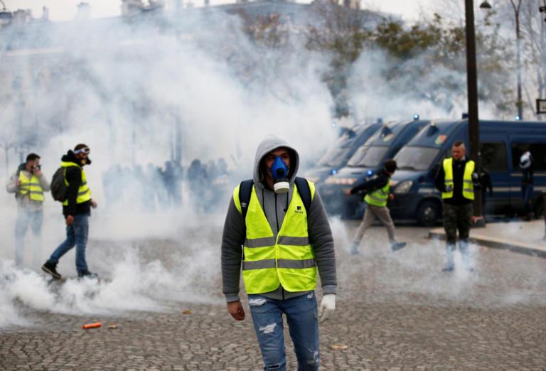 Πεδίο μάχης το Παρίσι – Συλλήψεις και δακρυγόνα ενάντια στα «κίτρινα γιλέκα» [pics – video]