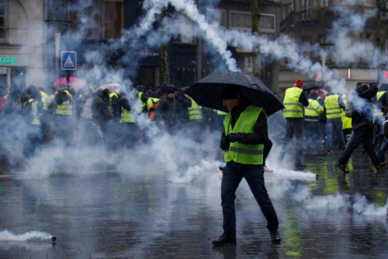 Κίτρινα γιλέκα: Μικρότερο πλήθος, μικρότερο πάθος, λιγότερα επεισόδια | Newsit.gr