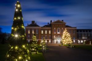 Παραμυθένια Χριστούγεννα στο Κένσιγκτον! Καρέ – καρέ το στόλισμα του πανύψηλου δέντρου!