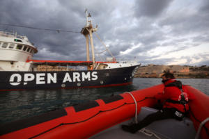 Έπιασε λιμάνι το «Open Arms» – 300 μετανάστες δέχθηκε η Ισπανία