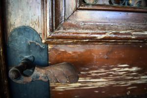 Μέρες αγάπης: Ιδιοκτήτης ξήλωσε την πόρτα και πέταξε έξω μητέρα με παιδιά…
