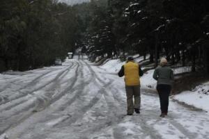 Καιρός – Χριστούγεννα: Με αλυσίδες η κυκλοφορία στην Πάρνηθα – Λεπτό προς λεπτό η κίνηση της κακοκαιρίας – video