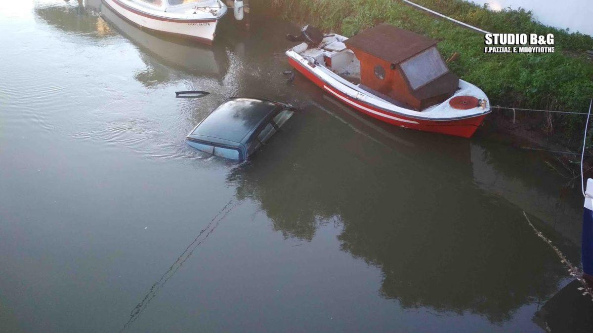 """Αργολίδα: Αυτοκίνητο στην Νέα Κίο """"πέταξε"""" πάνω από τις βάρκες και έπεσε στο ποτάμι[video]"""