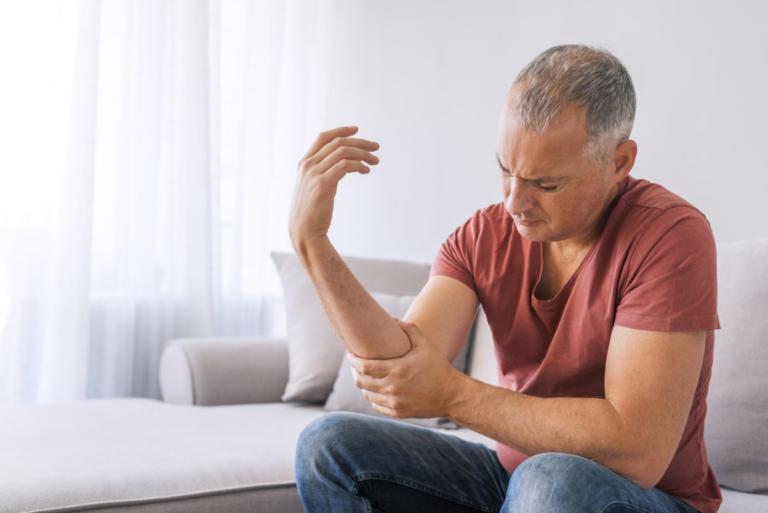 Ρευματοειδής αρθρίτιδα: Συμπτώματα, διαθέσιμες θεραπείες και μέτρα πρόληψης