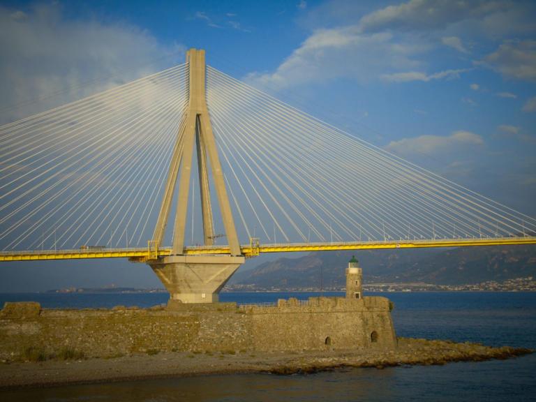 Ερωτική απογοήτευση πίσω από την απόπειρα αυτοκτονίας στη γέφυρα Ρίου – Αντιρρίου | Newsit.gr