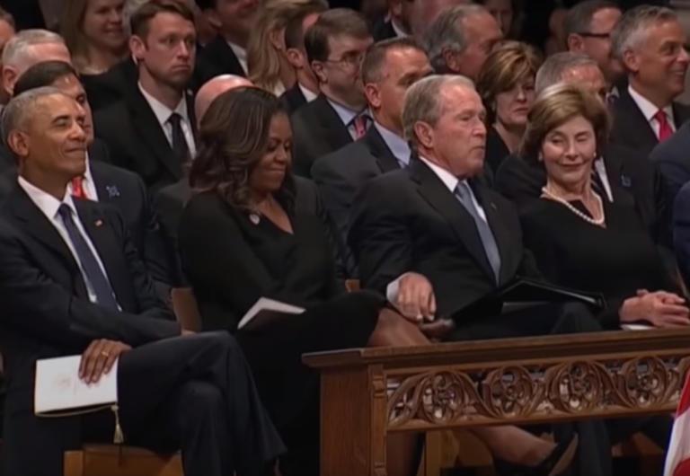 Το έκανε ξανά ο Τζορτζ Μπους – Έδωσε… καραμελίτσα στην Μισέλ Ομπάμα στην κηδεία του πατέρα του – video | Newsit.gr