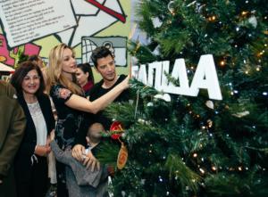 Σάκης Ρουβάς – Κάτια Ζυγούλη:  Μαζί με την Μαριάννα Βαρδινογιάννη στο άναμμα του χριστουγεννιάτικου δέντρο στην ΕΛΠΙΔΑ