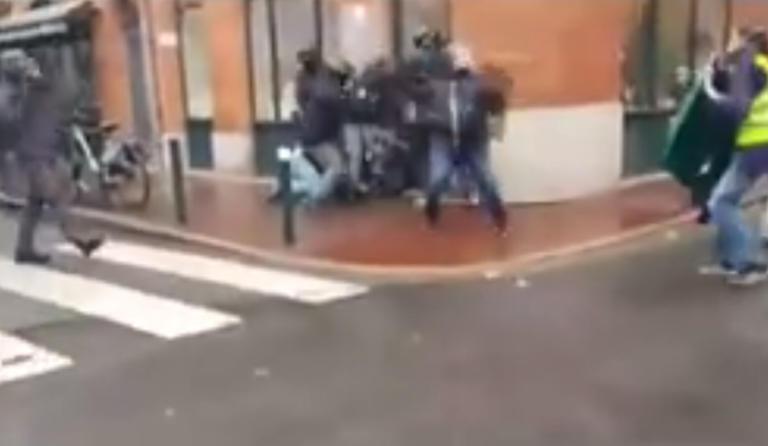 Κίτρινα γιλέκα: Σοκαριστικό βίντεο αστυνομικής βίας – Έξι άτομα ξυλοκοπούν άγρια διαδηλωτή!   Newsit.gr