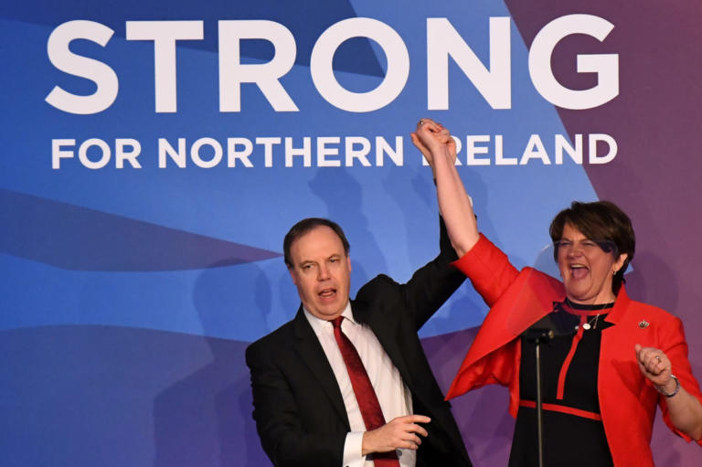 Brexit: Απειλεί ότι θα καταψηφίσει το DUP, πρόταση μομφής κατά Μέι στηρίζουν οι Φιλελεύθεροι Δημοκράτες | Newsit.gr