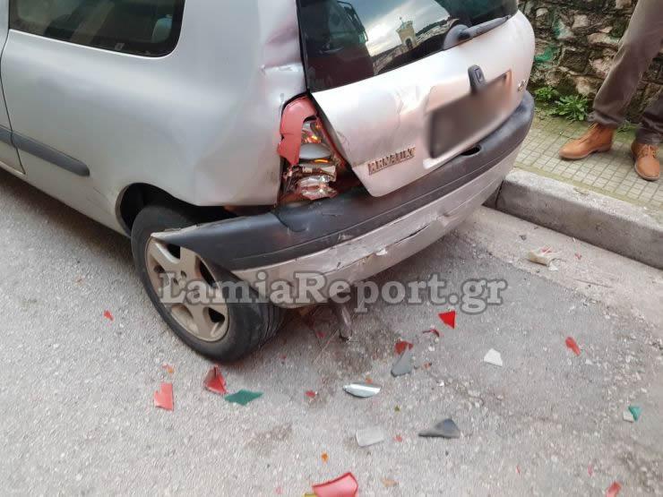 Λαμία: Έπεσε σε παρκαρισμένα αυτοκίνητα και κατέληξε σε μαντρότοιχο – Οι εικόνες του νέου σοβαρού τροχαίου [pics] | Newsit.gr
