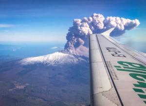 """Αίτνα: Εξεράγη το """"θρυλικό"""" ηφαίστειο – Έκλεισε το αεροδρόμιο της Κατάνια – video"""