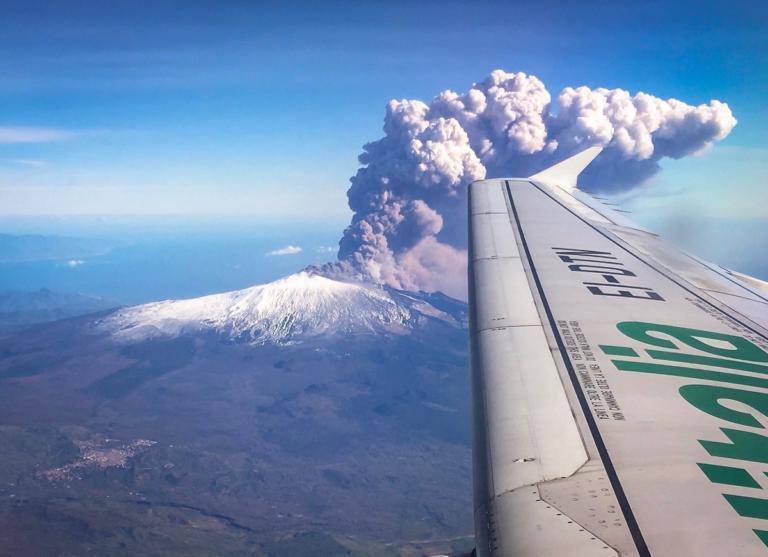 Αίτνα: Εξεράγη το «θρυλικό» ηφαίστειο – Έκλεισε το αεροδρόμιο της Κατάνια – video
