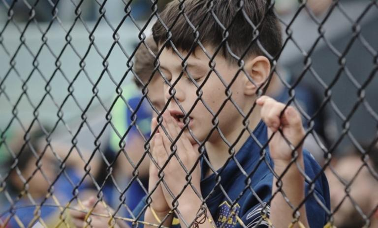 Συγκλονιστική φωτογραφία! Πιτσιρικάς προσεύχεται για την Μπόκα Τζούνιορς | Newsit.gr