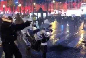Παρίσι – Κίτρινα γιλέκα: Εικόνα σοκ! Αστυνομικός τραβά όπλο και απειλεί διαδηλωτή – video
