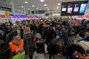 Βρετανία: Ατελείωτη ταλαιπωρία στο Gatwick – Μπορεί να μείνει… δυο μέρες κλειστό! [pics]