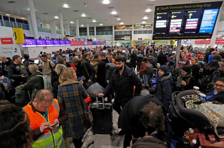 Βρετανία: Ατελείωτη ταλαιπωρία στο Gatwick – Μπορεί να μείνει… δυο μέρες κλειστό! [pics] | Newsit.gr