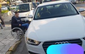 """Οργή στα social media για αυτήν την εικόνα: Ανήλικος ανάπηρος """"εγκλωβισμένος"""" στη Γλυφάδα!"""