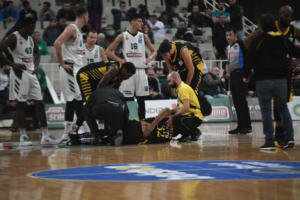 ΑΕΚ: Σοκαριστικός τραυματισμός του Χάντερ! Διακόπηκε το ματς στο ΟΑΚΑ [pics]