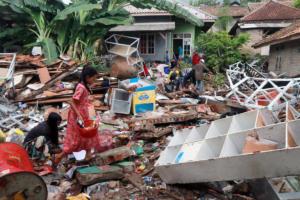 Τσουνάμι Ινδονησία: Δεν σταματούν να βρίσκουν πτώματα – 429 νεκροί και 1.485 τραυματίες